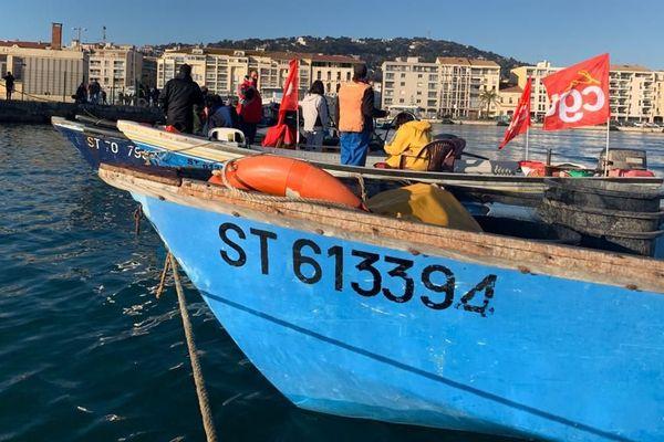 Une dizaine de petits métiers de la pêche bloquent l'accès au port de Sète contre le projet de réforme des retraites - 9 janvier 2020