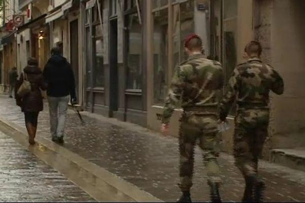Des paras du 3ième RPIMa dans les rues de Carcassonne
