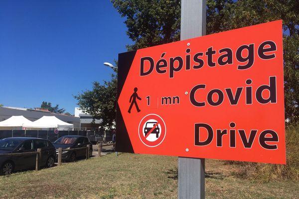 """Centre de dépistage """"drive"""" de l'hôpital Pellegrin à Bordeaux."""