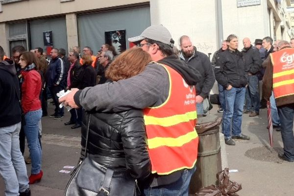 Entre colère et larmes, les salariés de Pétroplus sont effrondés par la nouvelle de la liquidation judiciaire.
