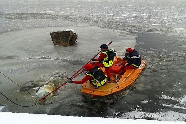 Lac de Charpal (Lozère) - les pompiers en opération pour rétablir l'alimentation en eau de la station d'Alteyrac - 26 novembre 2013.
