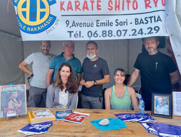 L'école et les cours de Karate-do du maître continuent d'être assurés par ceux qui ont été ses élèves, ici sur la photo à l'occasion de la fête du sport, avec Marie-Jo, épouse de Hidetoshi Nakahashi (en bas à gauche).