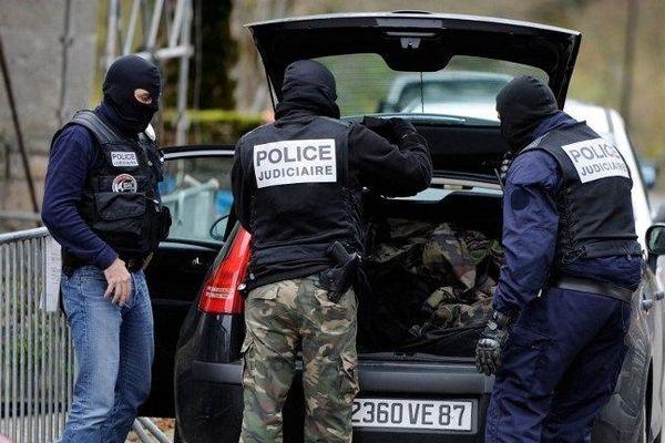 Policiers à Tarnac ( Corrèze),  11 novembre 2008