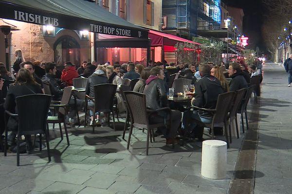 Antibes (Alpes-Maritimes) : les habitants profitent des bars et des restaurants avant leur fermeture.