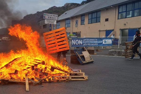 Les pêcheurs sont mobilisés au port d'Erquy et veulent empêcher les travaux du parc éolien