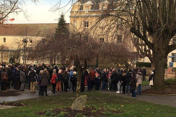 Une foule d'anonymes est venue rendre hommage à Janusz Michalski décédé lors de l'attaque perpétrée à Villejuif vendredi 3 janvier.