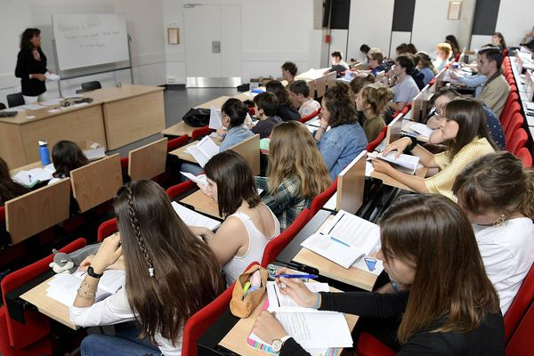 Plus de cours depuis un mois, des études et révisions via des plateformes en ligne ou des visio-conférences, le quotidien des étudiants est particulièrement stressant à l'approche des examens de fin d'année.