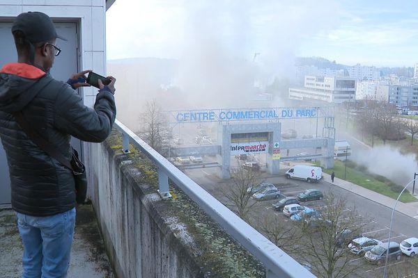 Le 31 décembre, un incendie volontaire a ravagé la fourrière de Besançon située sous une zone commerciale. 93 véhicules sont incendiés, une centaine d'autres sinistrés selon un premier bilan.