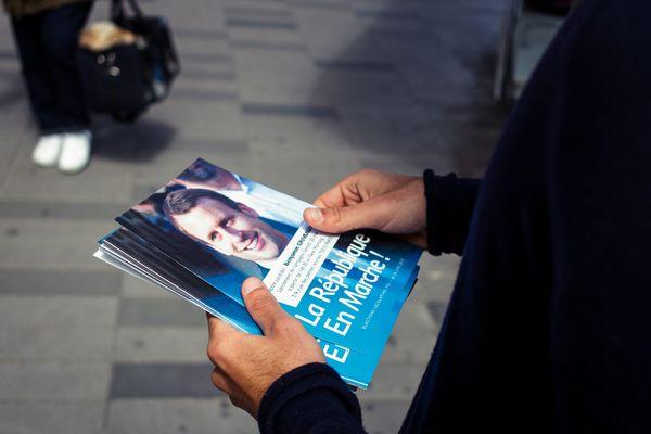 Un tractage de flyers en faveur d'Emmanuel Macron, à Paris le 20 mai 2017.