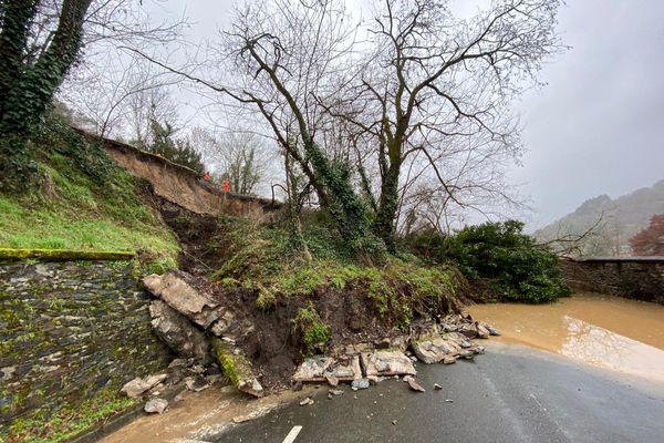 La chaussée sous la voie de chemin de fer (en haut à gauche) s'est effondrée à Aubin (Aveyron).