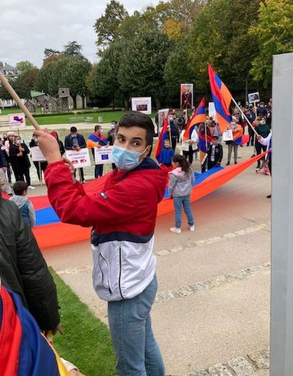 A la Roche-sur Yon, les membres de la communauté arménienne se sont rassemblés, ce jeudi 8 octobre, pour dénoncer les bombardements sur le Haut-Karabakh.