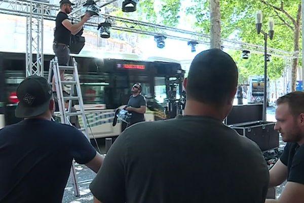 Décorateurs, DJ se pressent au montage des bodegas