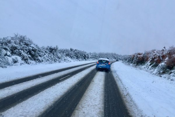 Les chaussées rendues glissantes par le fin manteau neigeux à Plouguerneau - Mars 2018