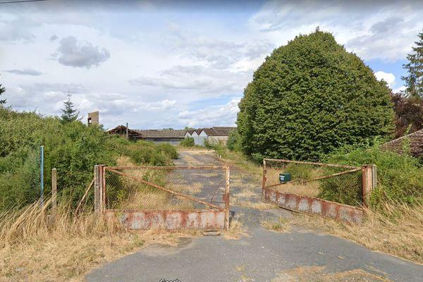 C'est du toit de l'un de ces bâtiments, appartenant à un site agricole désaffecté, que la jeune fille est tombée.