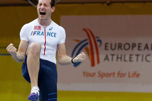 La joie de Renaud Lavillenie après son 4ème titre consécutif à la perche, en salle, samedi à Prague.