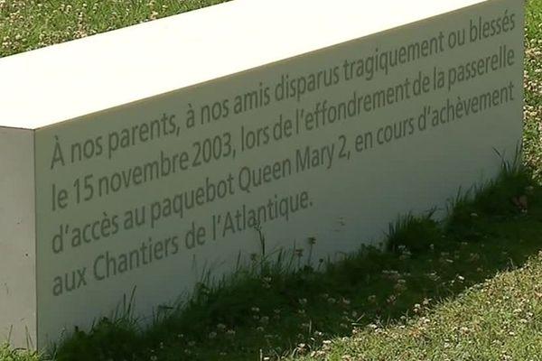 la stèle en mémoire de l'accident du Queen-Mary 2, dans le jardin des plantes de Saint-Nazaire