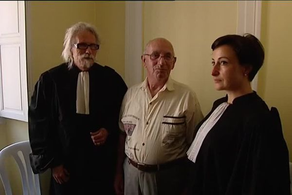 Claude Ducos entouré de ses avocats, le 8 juin 2016