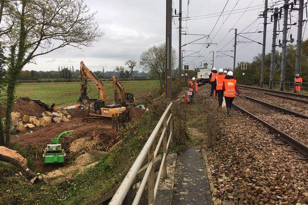 Les travaux visent à renforcer le talus qui a été emporté par une source d'eau le 6 novembre entre Lison et Bayeux