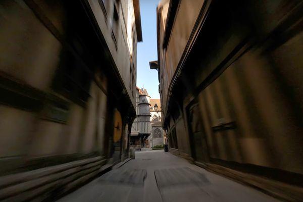 La vidéo montre les maisons à pan de bois de Troyes, vues sous un angle original.