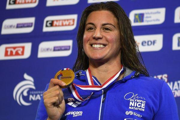 Charlotte Bonnet remporte la victoire des 50 m nage libre pour les championnats de France de natation.