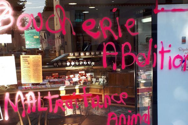 La vitrine de la Boucherie Chesneau vandalisé le 19 septembre 2019 au matin.