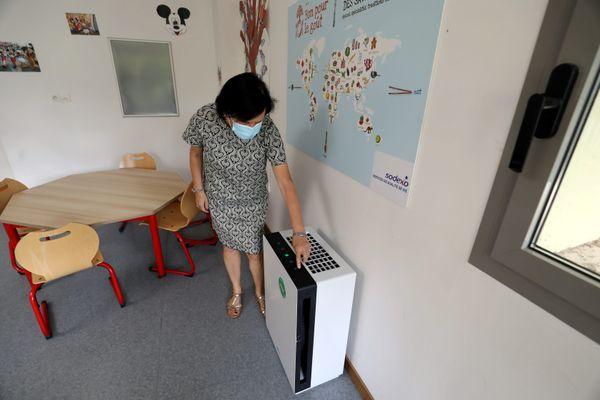 Installation de purificateurs à air dans les classes et réfectoire de l'école Marcel Pagnol à Cannes-la-Bocca.