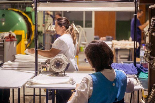 A Braga (Portugal) les ouvrières de la Maison Montagut en train de confectionner les masques