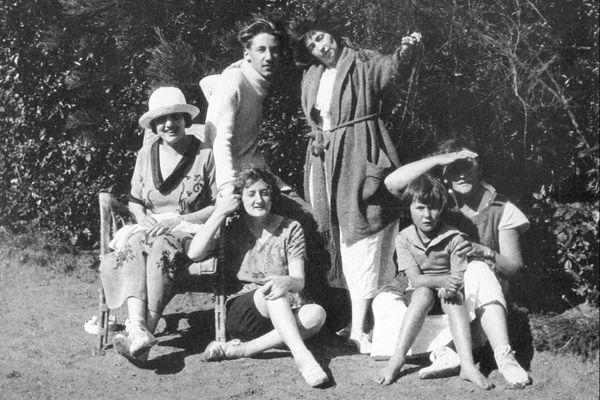 Pour Colette, Rozven est la maison de l'amitié, ouverte chaque été à ses proches. On la voit sur cette photo en bas à droite avec sa fille Colette sur ses genoux.