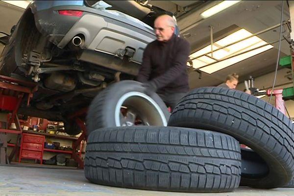 Depuis l'arrivée de la neige, les garagistes sont débordés par les automobilistes qui veulent s'équiper de pneus hiver.