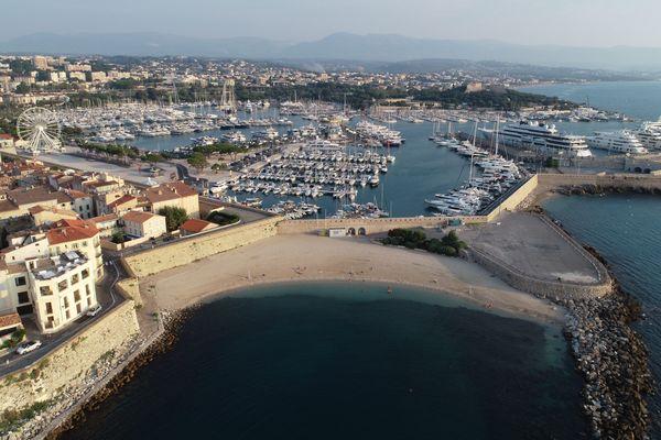 Les plages sont désertes et le port est à l'arrêt à Antibes.