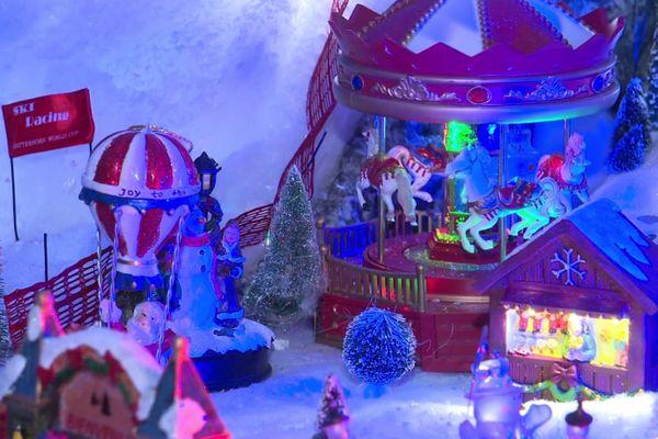 Sur le bureau, une maquette de village de Noël.