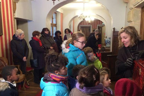 Apprendre en s'amusant ... les petits visiteurs ont des visites adaptées à leur âge au château d'Aulteribe dans le Puy-de-Dôme.