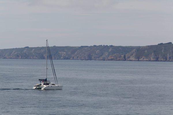 Un bateau au mouillage au large devant Saint Peter port