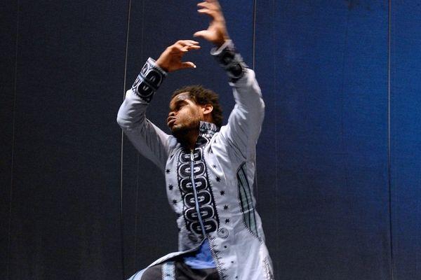 Avec Africaman Original, son nouveau spectacle, Qudus Onikeku mêle danse, stand up et performance.