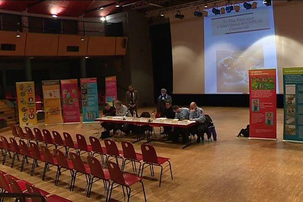 Première réunion d'information sur le nouveau PPI de Flamanville dans une salle....déserte