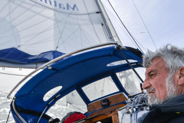 Jean-Luc Van Den Heede à bord de son nouveau voilier Matmut, près pour un nouveau tour du monde.