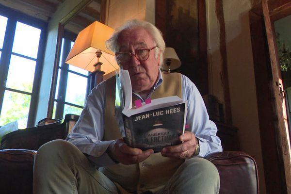 """Jean-Luc Hees en octobre 2020 dans sa maison de l'Eure avec son dernier livre : """"L'Amérique : la facture"""""""