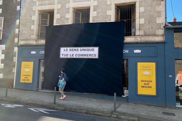 """Faubourg du Pont Neuf à Poitiers, les commerçants se mobilisent contre la circulation à sens unique dans la rue. Pour eux, """"le sens unique tue le commerce""""."""