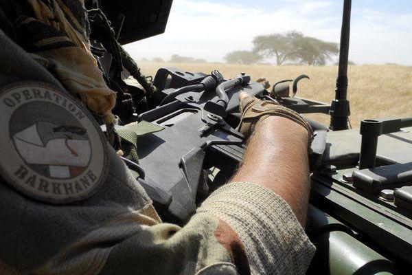 La France est engagée depuis janvier 2013 au Mali, sous le nom d'opération « Serval » puis sous celui d'opération « Barkhane », pour chasser les groupes djihadistes du pays. Près de 4 000 soldats français sont toujours engagés.
