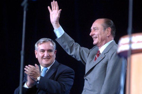 2002. Jacques Chirac est accueilli par Jean-Pierre Rafarin, alors président du Conseil Régional du Poitou-Charentes.