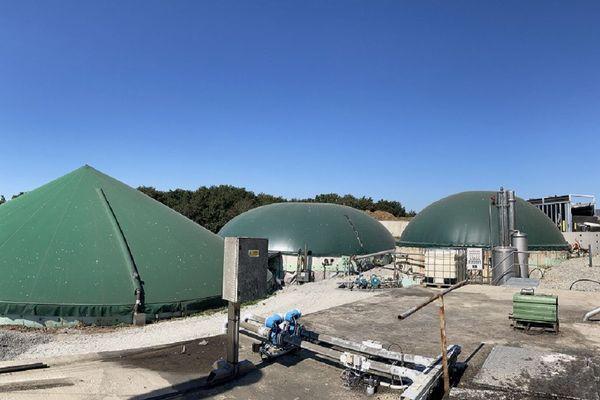 Dans ces cuves hermétiques, les bactéries travaillent à dégrader la matière organique pour la transformer en biogaz et en engrais.