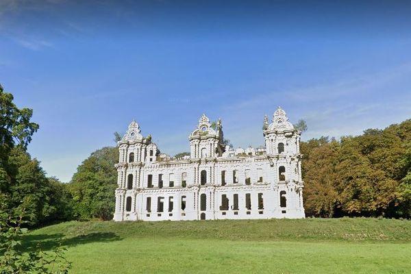 La façade du château Mennechet situé à Chiry-Ourscamp dans l'Oise est classée monument historique.