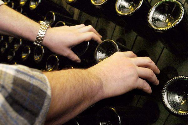 Le dégorgement, l'étiquetage, le conditionnement des bouteilles ainsi que la facturation sont arrêtés sur certains sites.