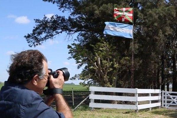 Le drapeau basque et argentin, flottant à l'unisson