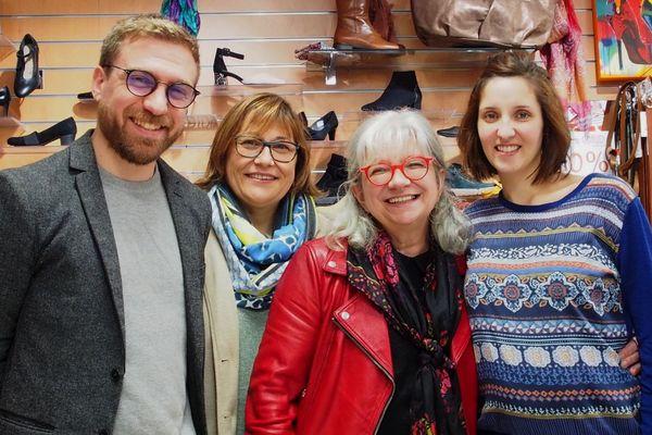 Malgré les difficultés nées du confinement, l'équipe du magasin tente de garder le sourire.