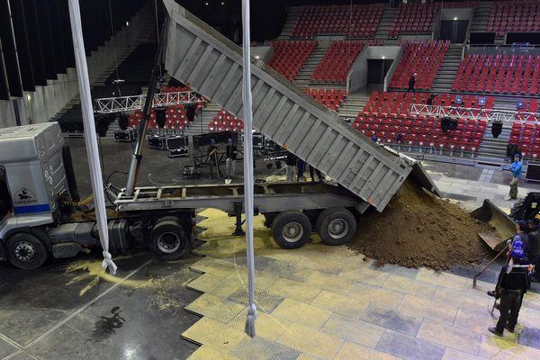 """L'installation du spectacle """"Pégase et Icare"""", le 21 mars dernier au Zénith de Saint-Etienne, première étape de la tournée du cirque Alexis Gruss."""