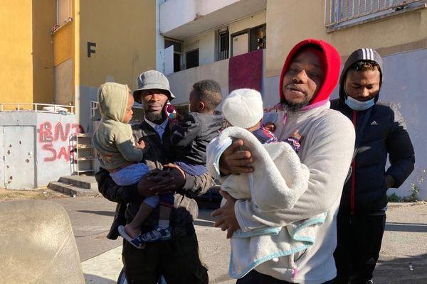 Des jeunes hommes avec enfants, la veille de l'expulsion, à la cité du Petit séminaire