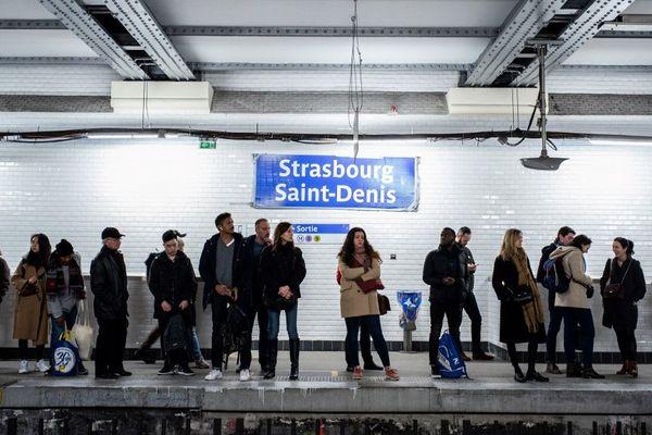 Des passagers sur le quai à Strasbourg Saint-Denis (ligne 4) lors de la grève qui touche les transports franciliens.
