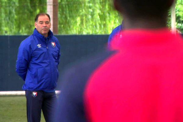 Stéphane Moulin découvre ses joueurs lors du premier entraînement de la saison le 18 juin 2021