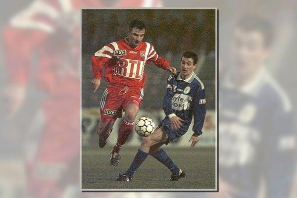 Le capitaine lyonnais Alain Cavelia (G) passe l'angoulémois Laurent Hebras, lors de la rencontre Angoulême/Lyon, le 07 février à Angoulême en seizièmes de finale de la coupe de France de football.